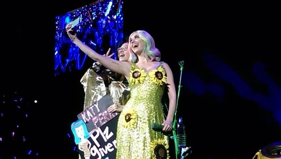 凱蒂佩芮和幸運歌迷玩自拍