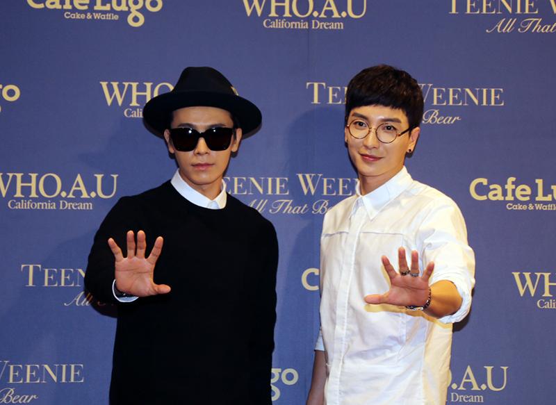 東海(左)、利特(右),今天出席韓國時裝集團Eland位於101大樓地下一樓的開幕活動一黑一白簡約造型,一出場就以招牌手勢問候粉絲。(BeautiMode/攝)