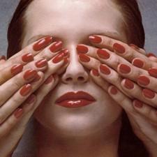 時尚攝影大師Guy Bourdin最大展覽倫敦開幕 Mary Katrantzou暢談攝影如何影響設計