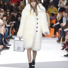 【2015秋冬】Louis Vuitton率性實穿 金屬科幻感手提箱吸睛