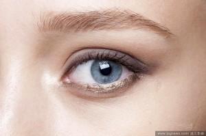 眼妝建議使用大地色系眼影,畫上眼線後以棉花棒自然暈開,搭配自然修整過的眉毛,更能凸顯個人特質。(圖/達志影像)